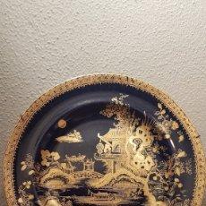 Antigüedades: PLATO DE PORCELANA INGLESA AZUL COBALTO ESMALTADO CON ESCENA CHINA EN ORO. FF. XIX. Lote 134912113