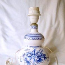 Antigüedades: PRECIOSA LAMPARA CERÁMICA TALAVERA - ALFAR - LAMPARILLA 26 CM. ALTO - SOBREMESA - SIN PANTALLA. Lote 134926506