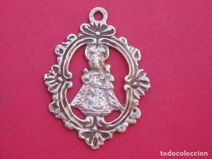 MEDALLA SIGLO XVIII EN PLATA VIRGEN DE COVADONGA. ASTURIAS. (Antigüedades - Religiosas - Medallas Antiguas)