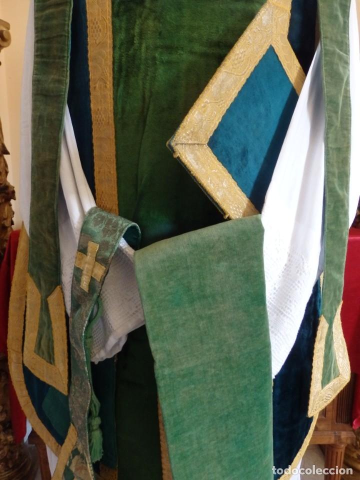 Antigüedades: Casulla con sus complementos a juego en terciopelo. Hacia 1900. - Foto 2 - 134953194
