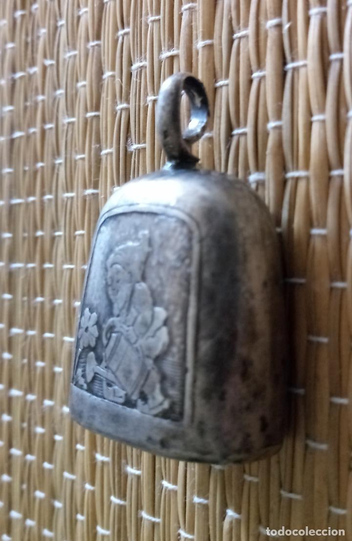 Antigüedades: ANTIGUO SONAJERO - MOTIVO ENANITO GNOMO REGANDO FLOR - 3 x 2'5 CMS - Foto 4 - 134980178