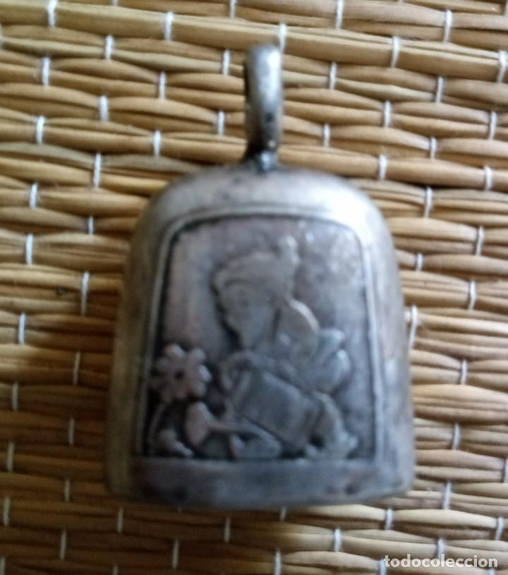 Antigüedades: ANTIGUO SONAJERO - MOTIVO ENANITO GNOMO REGANDO FLOR - 3 x 2'5 CMS - Foto 6 - 134980178