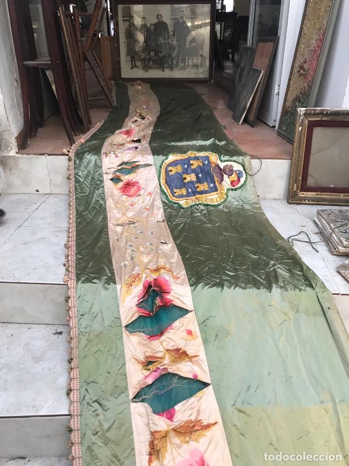 Antigüedades: Gran ornamento de seda en parte pintada y con escudos heráldicos - Foto 5 - 75683671