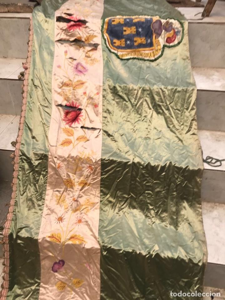 Antigüedades: Gran ornamento de seda en parte pintada y con escudos heráldicos - Foto 6 - 75683671