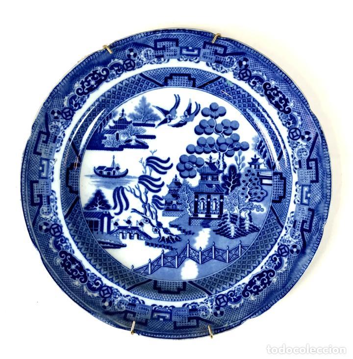 PLATO DE CERÁMICA ESMALTADA. WILLOW. INGLATERRA. SIGLO XX. (Antigüedades - Porcelanas y Cerámicas - Inglesa, Bristol y Otros)