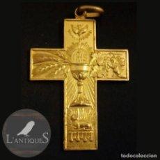 Antigüedades: MEDALLA COLGANTE CRUZ RELIGIOSA PARA COMUNIÓN CRUCIFIJO JHS, DORADA AL MERCURIO, ANTIGUA S XX. Lote 110581179