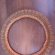 Antigüedades: ANTIGUO MARCO DE ESPEJO DE MIMBRE Y MADERA , 31 CM. Lote 135077918