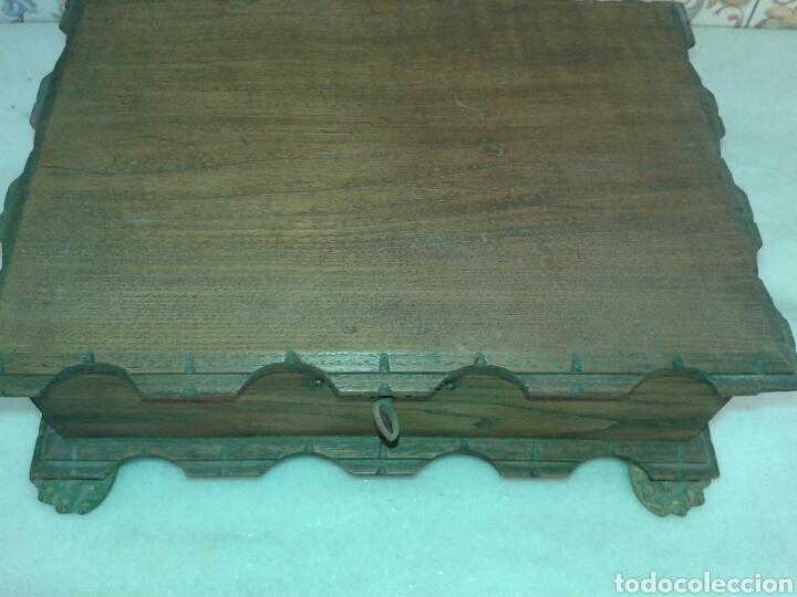 ANTIGUA CAJA DE MADERA DE NOGAL CON PATAS TIPO TORTUGA DE BRONCE (Antigüedades - Hogar y Decoración - Cajas Antiguas)