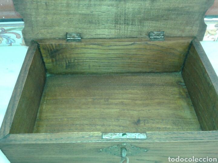 Antigüedades: ANTIGUA CAJA DE MADERA DE NOGAL CON PATAS TIPO TORTUGA DE BRONCE - Foto 3 - 135119233
