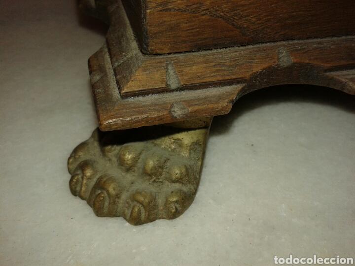 Antigüedades: ANTIGUA CAJA DE MADERA DE NOGAL CON PATAS TIPO TORTUGA DE BRONCE - Foto 6 - 135119233
