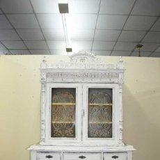 Antigüedades: ANTIGUA VITRINA ISABELINA DE MADERA DECAPADA. Lote 135127418