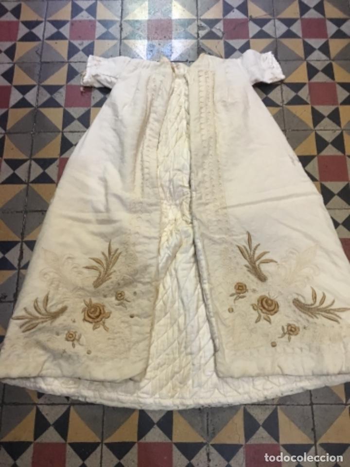 Antigüedades: Antiguo vestido de bautizo principio de S. XX bordado a mano 3 piezas vestido , capa , gorra . - Foto 2 - 135136122