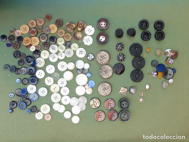 144 BOTONES. TRAJES REGIONALES, TELA, METAL, NACAR.... (Antigüedades - Moda - Otros)