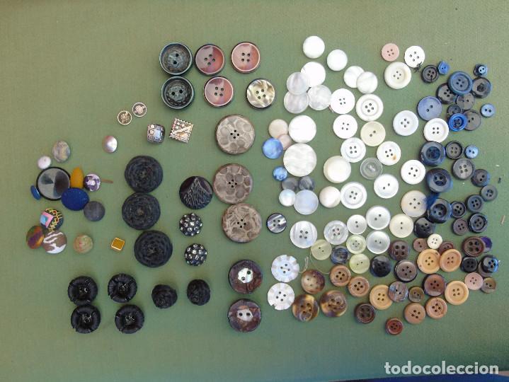 Antigüedades: 144 BOTONES. TRAJES REGIONALES, TELA, METAL, NACAR.... - Foto 2 - 135142782