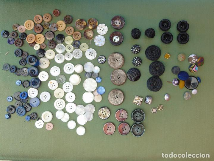 Antigüedades: 144 BOTONES. TRAJES REGIONALES, TELA, METAL, NACAR.... - Foto 3 - 135142782