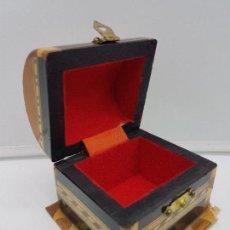 Antigüedades: PRECIOSO COFRE JOYERO ANTIGUO DE MARQUETERÍA TARACEA Y TERCIOPELO ROJO CON FORMA DE BAÚL.. Lote 135151806