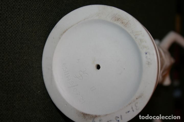 Antigüedades: Dos figuras biscuit blanco Jefatura del Estado,patrimonio nacional escudo Franquismo año 1969 - Foto 8 - 135155802