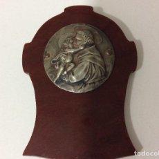 Antigüedades: ANTIGUA A MEDALLA DE SAN ANTONIO DE PADUA SOBRE PLACA DE CAREY, SUPONGO SIMIL, PARA COLGAR. Lote 135164314