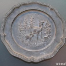 Antigüedades: PLATO O CENTRO DE MESA EN PELTRE. PLOMO. MOTIVO CIERVO.SELLADO.. Lote 135195346