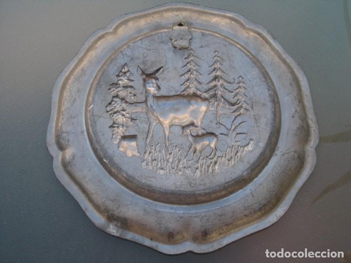 Antigüedades: Plato o centro de mesa en Peltre. Plomo. motivo ciervo.Sellado. - Foto 2 - 135195346