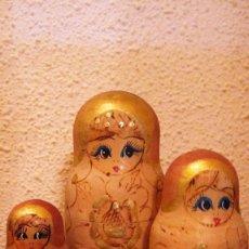 Antigüedades: TRAIDA DE RUSIA AÑOS 80: MATRIOSHKA,MATRIOSKA,MUÑECA RUSA. EN DORADOS, 15 CMS.MADERA.. Lote 135195486