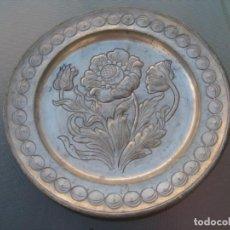 Antigüedades: PLATO DECORATIVO DE PELTRE.MOTIVO DE FLORES.. Lote 135195954