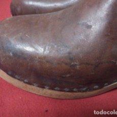 Antigüedades: ANTIGUOS ZUECOS DE MADERA Y CUERO. Lote 135200318