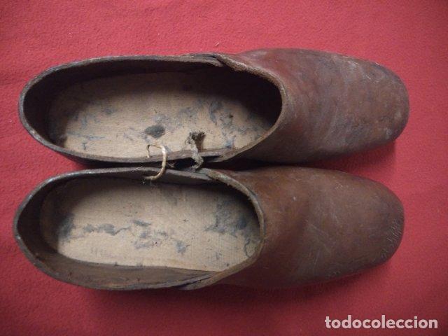 Antigüedades: ANTIGUOS ZUECOS DE MADERA Y CUERO - Foto 2 - 135200318