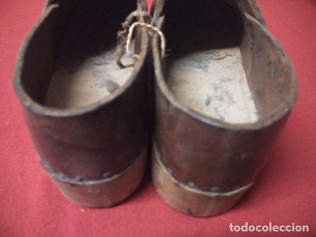 Antigüedades: ANTIGUOS ZUECOS DE MADERA Y CUERO - Foto 3 - 135200318