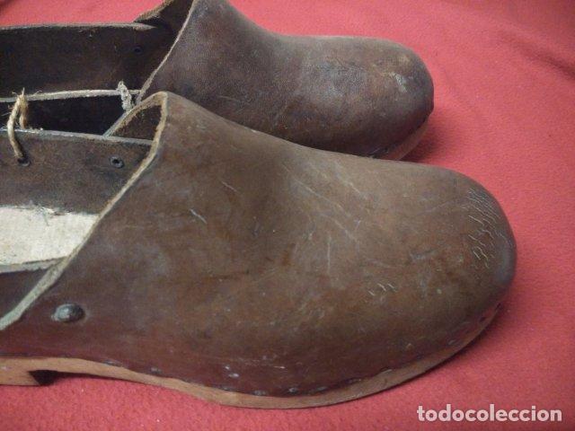 Antigüedades: ANTIGUOS ZUECOS DE MADERA Y CUERO - Foto 4 - 135200318