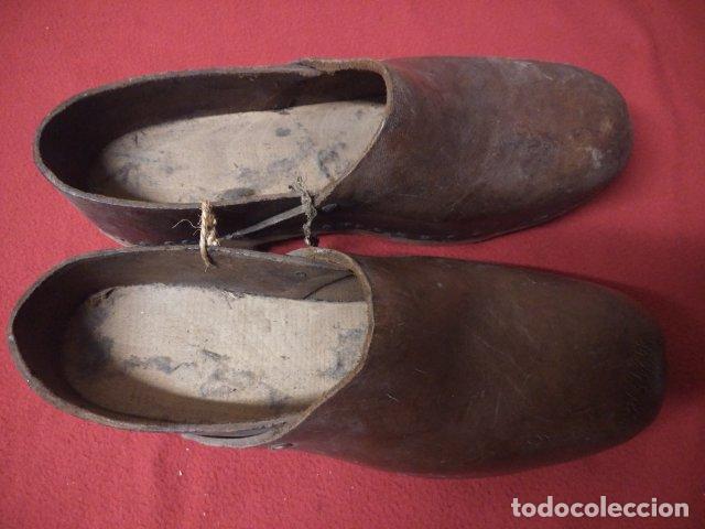Antigüedades: ANTIGUOS ZUECOS DE MADERA Y CUERO - Foto 5 - 135200318
