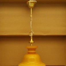 Antigüedades: LAMPARA RESTAURADA DE OPALINA AMARILLO MOSTAZA, ESTILO QUINQUE DE LATON O BRONCE DE LOS AÑOS 60/70. Lote 135202786