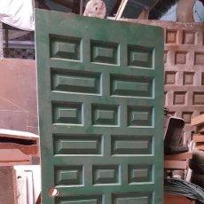 Antigüedades: PUERTA DE EXTERIOR DE CUARTERONES.. Lote 135205906