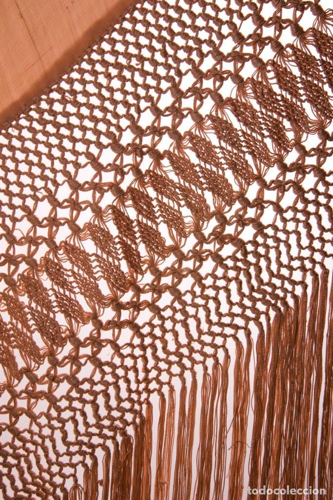Antigüedades: Mantón de Manila antiguo de seda natural bordado a mano con fleco anudado a mano (M.ANT-337) - Foto 3 - 135213170
