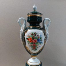 Antigüedades: JARRON DE PORCELANA CON DETALLES FLORALES PINTADO A MANO. Lote 135213446