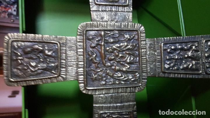 Antigüedades: PRECIOSA CRUZ ANTIGUA DE BRONCE CON ESCENAS BÍBLICAS - GRAN TAMAÑO (VER FOTOS) - Foto 2 - 135227626