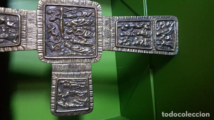 Antigüedades: PRECIOSA CRUZ ANTIGUA DE BRONCE CON ESCENAS BÍBLICAS - GRAN TAMAÑO (VER FOTOS) - Foto 3 - 135227626