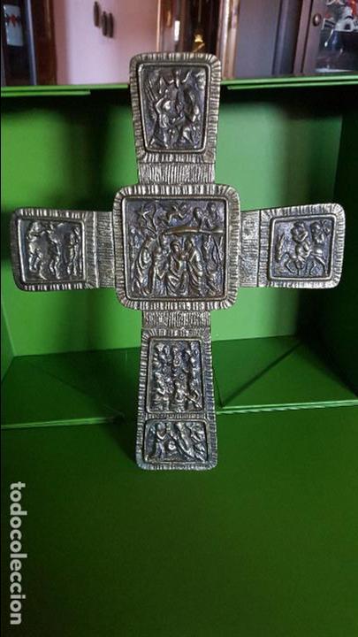 PRECIOSA CRUZ ANTIGUA DE BRONCE CON ESCENAS BÍBLICAS - GRAN TAMAÑO (VER FOTOS) (Antigüedades - Religiosas - Cruces Antiguas)