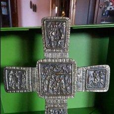 Antigüedades: PRECIOSA CRUZ ANTIGUA DE BRONCE CON ESCENAS BÍBLICAS - GRAN TAMAÑO (VER FOTOS). Lote 135227626