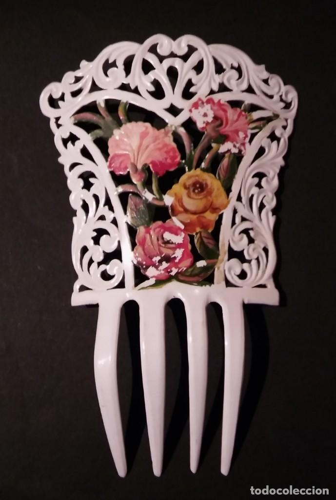 Antigüedades: Peineta tallada/ calada a mano, color blanco con flores policromadas epoca modernista, antigua s XX - Foto 2 - 132766442