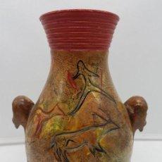 Antigüedades: PRECIOSO JARRÓN DE CERAMICA HECHO A MANO CON PINTURAS RUPESTRES Y ASAS CON ZOOFORMAS.. Lote 135260598