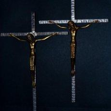 Antigüedades: DOS CRUCIFIJOS EN FORJA CON JESÚS EN LATÓN. Lote 135270770