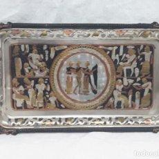 Antigüedades: BANDEJA DE COBRE TALLADO MOTIVOS EGIPCIOS PATINADA PLATA.. Lote 135281514