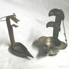 Antigüedades: DOS CANDILES LAMPARA O LUCERNA DE ACEITE AÑOS 50, DE HOJALATA A ESTRENAR COMPLETAS. MED. 14 CM. Lote 135287070