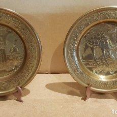 Antigüedades: 2 PLATOS DE LATÓN REPUJADOS CON MOTIVOS ÁRABES / 15 CM Ø / MUY BUENA CALIDAD / CON PEANA.. Lote 135287222