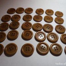 Antigüedades: MAGNIFICOS 30 BOTONES ANTIGUOS AÑOS 50-60,EN BAQUELITA,COLOR MARRON CARAMELO . Lote 135296954