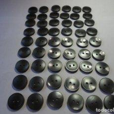 Antigüedades: MAGNIFICOS 54 BOTONES ANTIGUOS DE LOS AÑOS 50-60,GRIS PERLADO. Lote 135305174