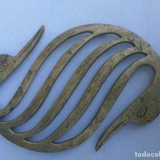 Antigüedades: ANTIGUO SALVAMANTELES DE BRONCE CON FORMA DE AVE PAJARO. Lote 135332846