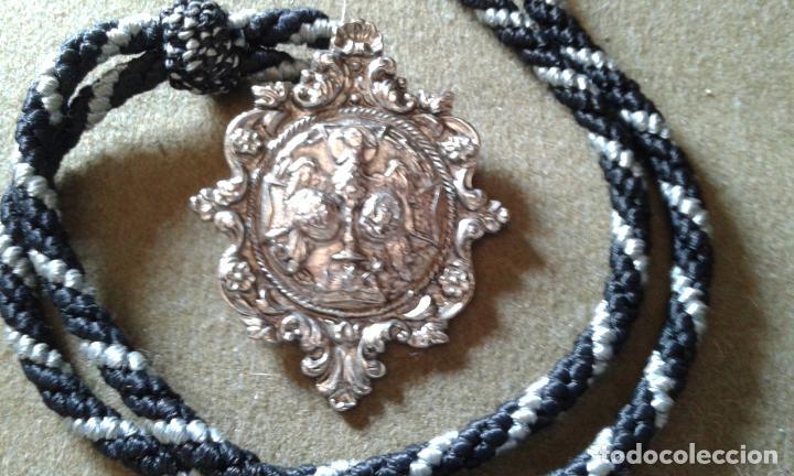 SEMANA SANTA SEVILLA - MEDALLA CON CORDON DE LA HERMANDAD DE SANTA GENOVEVA (Antigüedades - Religiosas - Medallas Antiguas)
