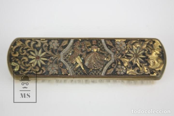 Antigüedades: Antiguo Cepilllo Para Ropa - Metal / Latón Repujado Con Motivos Decorativos - Foto 2 - 135392033